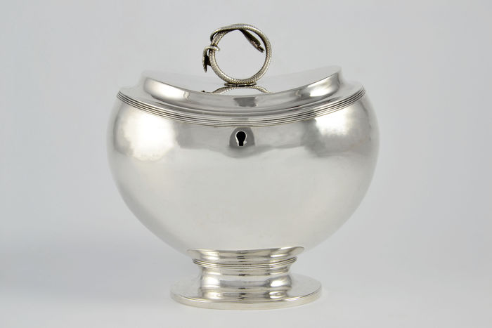 Silver tea caddy with serpent and fillet edges, Hermanus van Assen, Leeuwarden, 1835