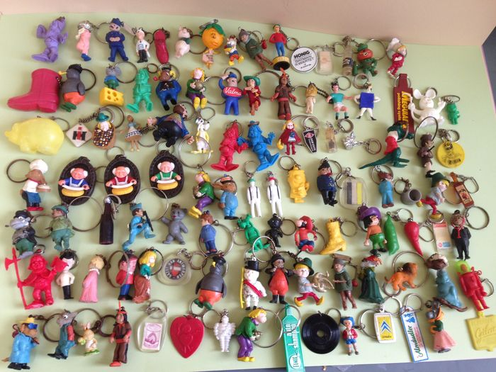 Old keychains, 420 pcs - Fairy tale characters, Disney characters and  packaging - Catawiki