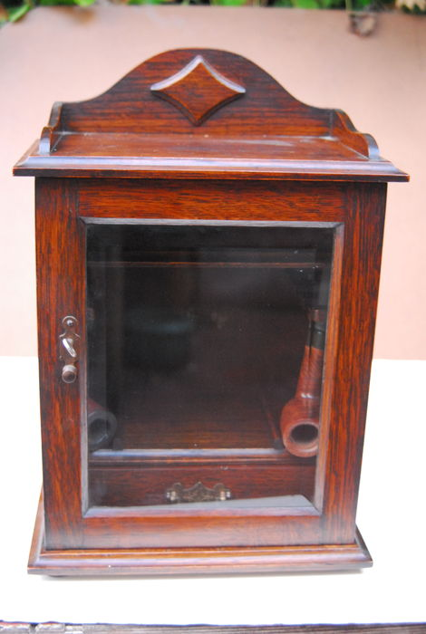 petite armoire pipes avec porte en verre taill pays bas ca 1930 catawiki. Black Bedroom Furniture Sets. Home Design Ideas