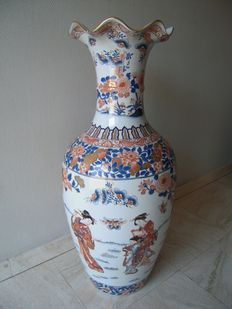 Very large polychrome vase (92 cm tall) with decoration of Chinese women with child - China - 2nd half 20th century