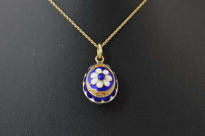 14 kt Yellow gold pendant with enamel, Measurements: 16.6 x 14.6 mm