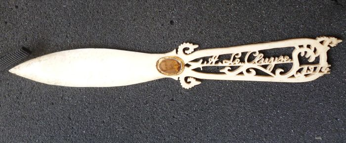 A carved bone letter-opener A Le Cluyse - with 14 carat gold portrait of King Albert 1 - 1914 - Art Nouveau