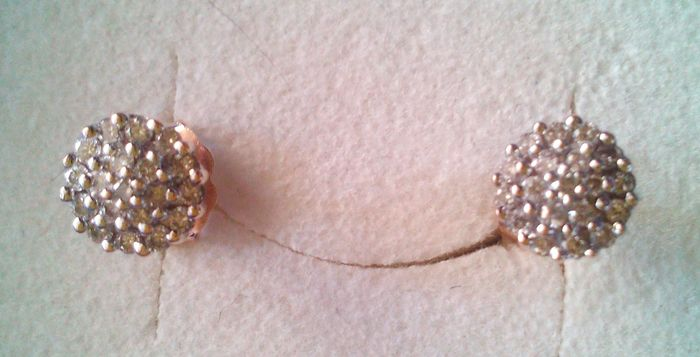 Golden earstuds with diamond