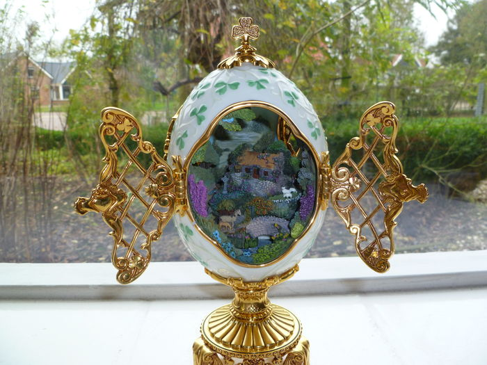 Large porcelain House of Fabergé - The emerald island collection egg - China -Second half 20th century