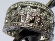 39 diamonds of approximately 0.18 ct in total. Wide ring in vintage style made of 925 silver - ring size: 17.8