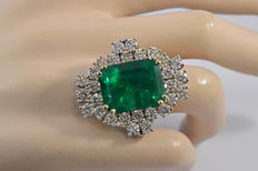 Royal white gold ring with a Colombian emerald of 16.32 ct and very large diamonds, 21.92 ct in total - Ring size: 17.5 (55)