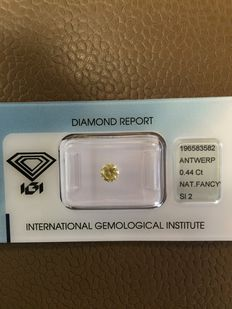0.44 ct brilliant cut diamond, natural Fancy Intense Greenish Yellow SI2