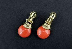 Yellow gold and coral earrings – With 16 brilliant cut diamonds and natural Mediterranean coral.