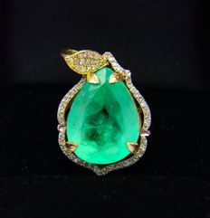 Pendant with an emerald of 13.34 ct, surrounded by diamonds of 0.56 ct.
