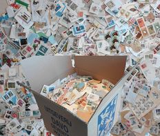 World - Box with 7.5 kilos of stamps on cover fragments