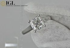 IGL 2.12 ct radiant diamond ring made of 14 kt white gold