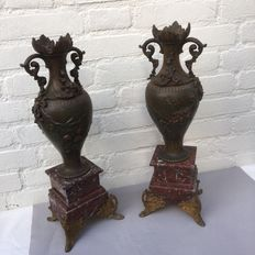 A pair of strong zamak mantelpiece vases with garlands on marble base - France - ca. 1880