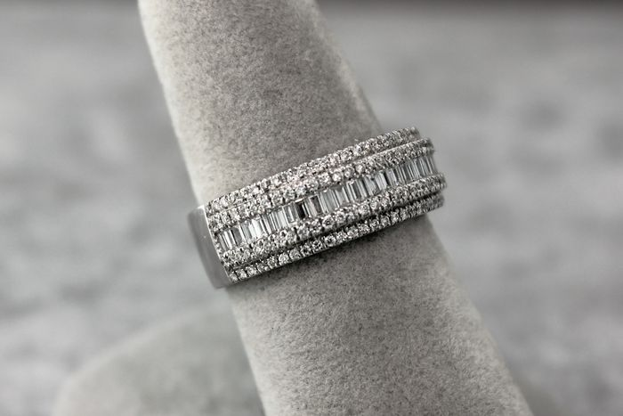 18 kt white gold anniversary ring set with diamonds