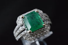 White gold ring with diamonds and a beautiful natural emerald - Ring size 53 (17 mm).