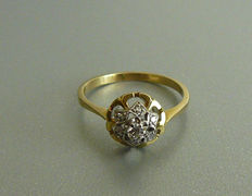 14 K Geelgouden ring entourage ring met 7 diamantjes.