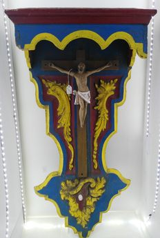 Wood carved Crucified Christ in Gothic style - end of the 18th century to beginning of the 19th century - with a kind of altarpiece