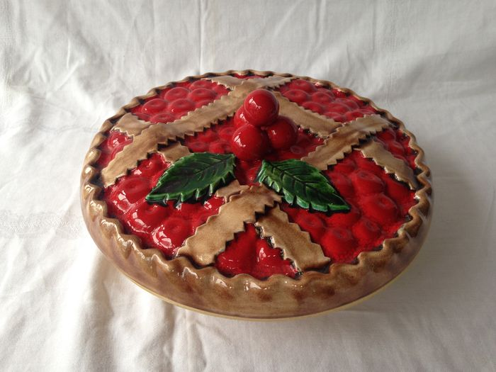 Ceramic christmas pie dish with a decoration of holly for Decoration quiche