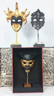 3 Sculptures each on pedestal stand. Take notice: you CAN`T wear this sculpture of mask. 100% decorating item.