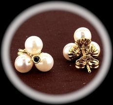 18 kt gold earrings with Akoya pearls
