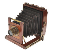 Small wooden folding camera (English?) with unmarked brass lens F:8, at the end of 1800 first years of 1900