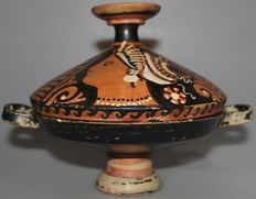 Apulian Lekanis of the Armidale painter - h with lid 18.5cm, dimensions without handle 20cm