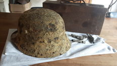 German items, among others a M16 helmet