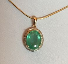 2.27 ct emerald pendant  surrounded with diamonds