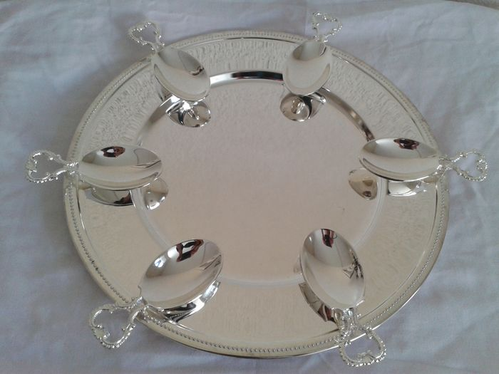 Six worked amuse spoons on a large serving plate with a pearl rim, France, around 1960 - Silver plated