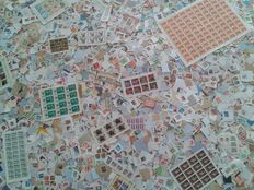 World - lot of ±32000 stamps, mainly on paper, with pages and sheets.