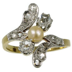 Elegant antique Belle Epoque ring in gold and platinum embellished with diamonds and pearl - anno 1900