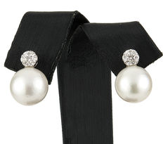 Earrings in 18 kt white gold with diamonds totalling 0.40 ct and Australian South Sea pearls of 10.95 mm