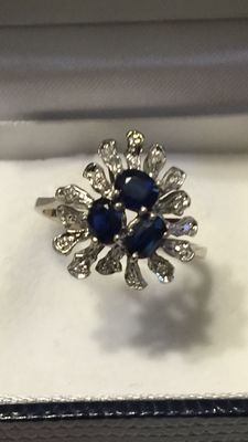 Heart / flower-shaped ring in 18 kt white gold, with 0.60 ct sapphires and 0.15 ct diamonds (Colour: H - clarity: VS)