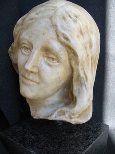 Carrara marble head of a young woman - 17th century