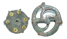 2 Ancient Roman bronze disc type brooches / fibulae - 26 / 34 mm  (2)