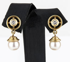 Yellow gold earrings with 0.50 ct diamonds and Akoya pearls measuring 8 mm in diameter