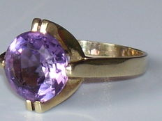 Yellow gold ring with amethyst (5 ct).