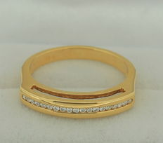 18 kt yellow gold ring with 19 diamonds