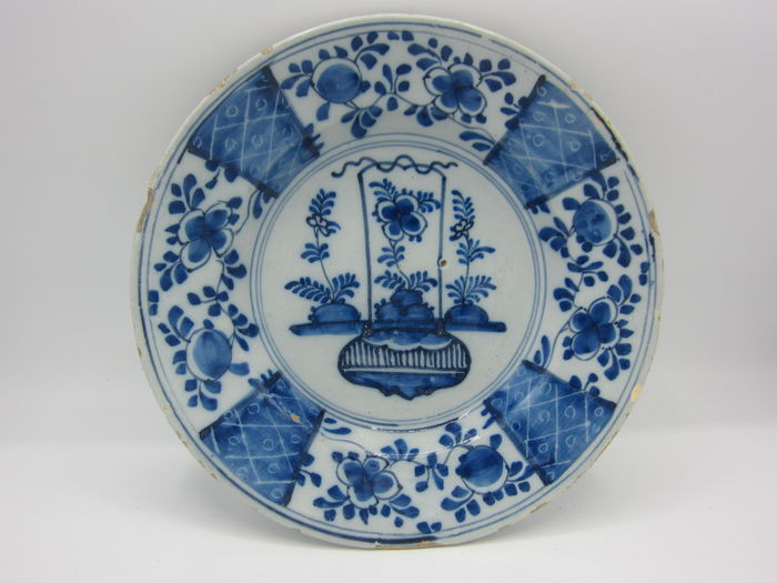 Antique Delft plate depicting a basket with flowers & Antique Delft plate depicting a basket with flowers - Catawiki