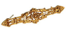 French Late Victorian yellow gold bar brooch with pineapple motif, anno 1870