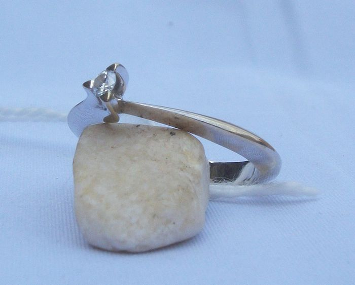 Gold ring with solitaire 0.06 ct diamond. With gemmological certificate. 16.4 mm.