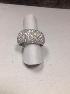 Large White Gold Ring with a 2.60 ct G/VVS Diamond Pavé