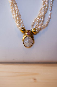 Freshwater pearl necklace with 18 kt gold pendant, mother of pearl and a Rose de France – length 44 cm **No reserve price**