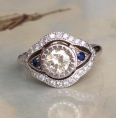 Art Deco style 18kt white gold women's ring with brilliant cut diamonds and sapphires, in total approx. 1.05 ct.