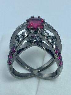 Ring in 18 kt black gold with rubies totalling 2.49 ct and diamonds totalling 0.61 ct – dimensions: 20 x 13 x 28 mm – size: 12