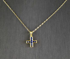 Yellow gold choker and yellow gold cross pendant with nine princess-cut sapphires totalling 1 ct (approx.)