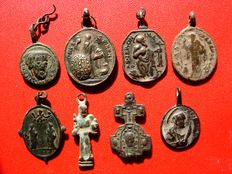 Spain - Set of 8 religious medals from the 17th and 18th century. Between 25 and 32 mm. (8)