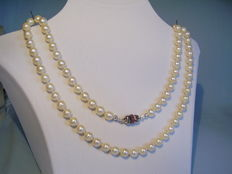 Genuine, long, high-quality  Japanese Akoya pearl chain on gold clasp of 14 kt