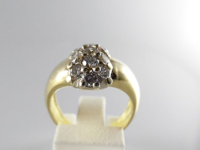 Anello cluster in oro 18 kt con 13 diamanti per 1,00 ct in totale.