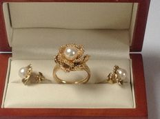 Set of 14 kt gold women's ring with pearl and 14 kt gold ear studs with pearls.