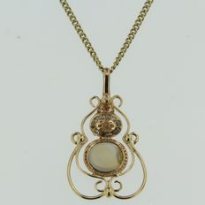 Yellow gold necklace with pendant set with chalcedony and rose cut diamonds